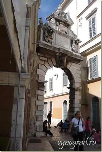 Читайте Очерк *Итальянский город в Хорватии*, где также есть арка - Триумфальная Арка...