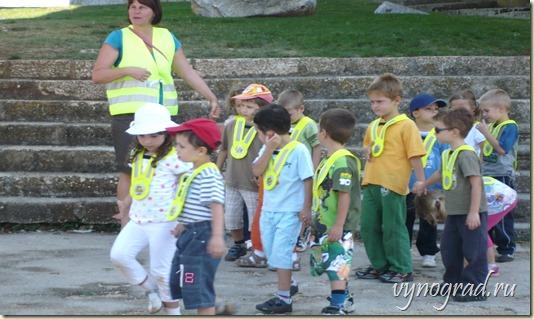 Так принято в Хорватии - когда Ребятишки на прогулке - их Безопасность прежде всего! - Переход в Очерк *Итальянский город в Хорватии*