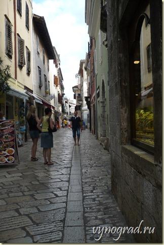 Улочки в Порече, как и по всей Истрии - узкие...     Прямой переход по ссылке в Очерк *Ровинь...