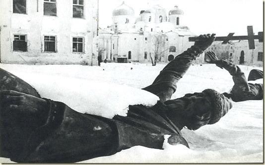 Здесь запечатлены брошенные в снегу фрагменты Памятника - зимой 1944 года...