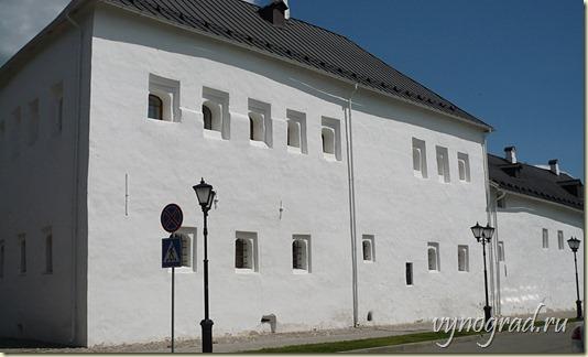 На этой фотографии показано, что снаружи все стены Купеческих Палат тщательно обмазаны и побелены...