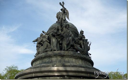 На этом фото - Памятник Тысячелетию России - другая группа фигур среднего уровня...