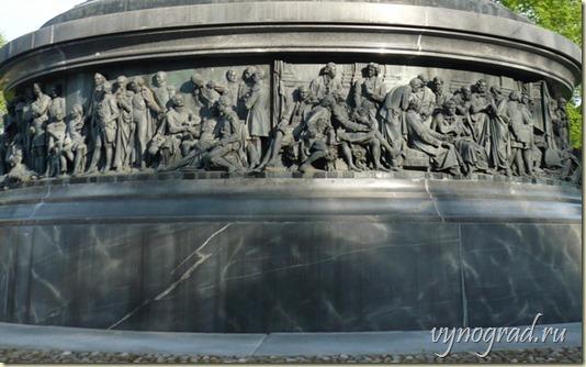 Здесь показан нижний - третий уровень Новгородского Памятника...