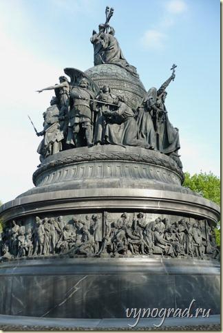 На фото изображён Памятник Тысячелетию России  в Великом Новгороде...