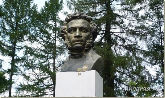 На этом фото - Великий русский поэт Александр Сергеевич Пушкин - бюст поэта в Усадьбе Берново...