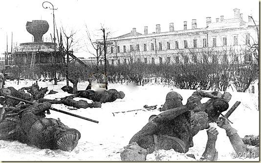 А здесь сфотографированы брошенные в снегу многочисленные фрагменты Памятника - зимой 1944 года...