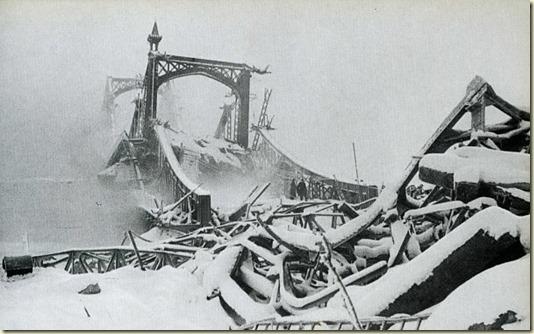 А это - руины Великого Новгорода зимой 1944 года...