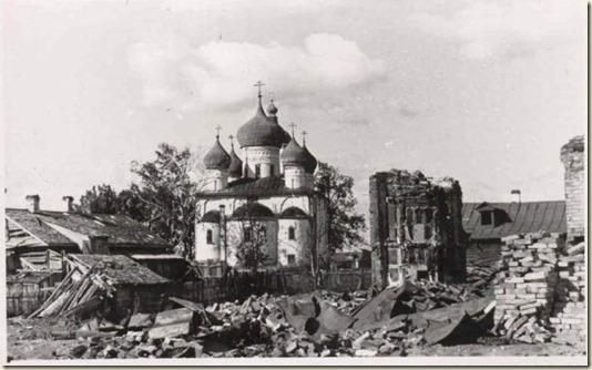 На этой фотографии разрушенный в Великую Отечественную войну город Великий Новгород...