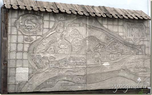 На этой фотографии  - необычная карта-путеводитель по Древнему Пскову,представляющая историю Пскова в архитектуре...