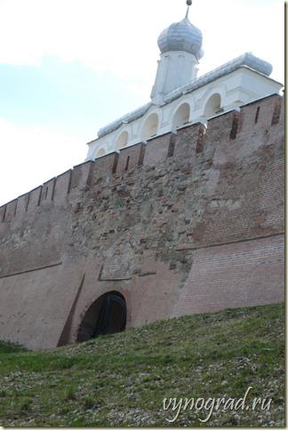На этой фотографии показана Звонница Новгородского Кремля за крепостной стеной сегодня...