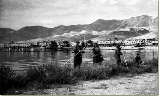На этом фото заснято как сапёры с миноискателями ищут мины в Новороссийском порту...