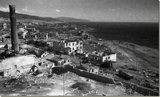 На этом снимке разрушенный во время войны Новороссийск...Кадры хроники...