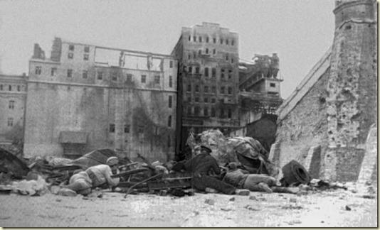 На этом снимке времён Великой Отечественной войны заснята Оборона Новороссийска, которая длилась 393 дня, с 19 августа 1942-го по 16 сентября 1943-го...