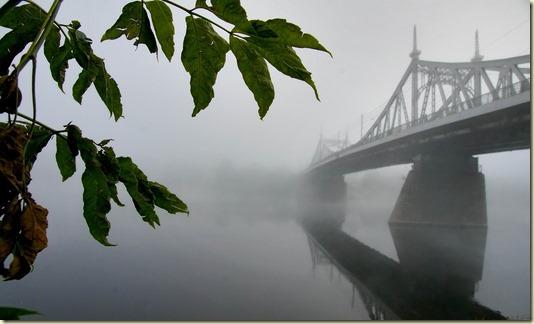На этом фото показано, как необычный для Твери густой туман почти скрыл противоположный берег Волги...