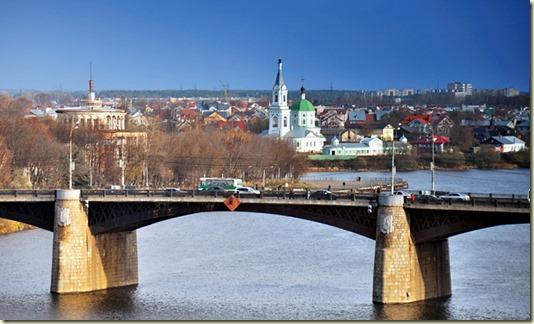 На этом фото показано, что два берега одной реки Волги соединены в Твери несколькими мостами...