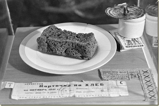 На фото - Блокадная Пайка Хлеба... *Порою прошлое живёт на свете, чтоб никогда о нём не забывали...