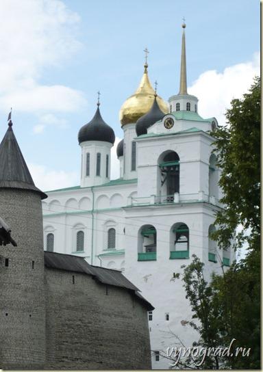 На этом фото показана высота сего рукотворного храма, которая составляет 72 метра...