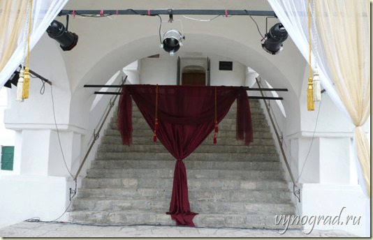 Ссылка этого фото показывает, как высокое Крыльцо Приказной Палаты наряжено к очередному театрализованному представлению!..