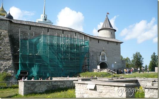 На этом фото показаны реставрационные работы на территории Псковского Кремля...