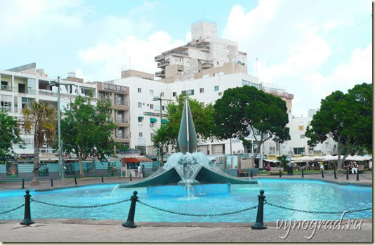 На фото показан красивый фонтан в самом центре города...
