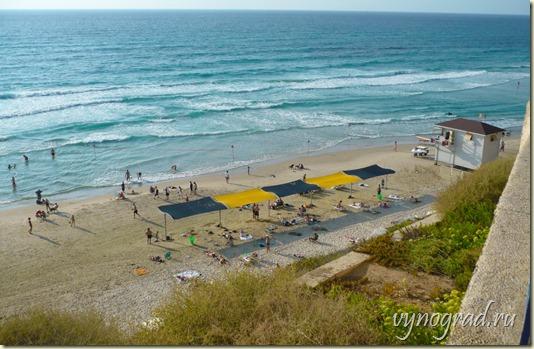 На этом фото - песчаный пляж в Нетании...