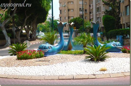 На фото - украшение улочек и площадей средиземноморской Нетании...