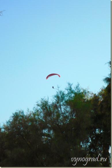 На этом фото показан полёт на параплане...
