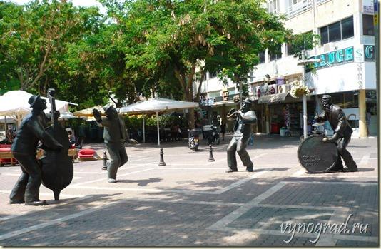 На фото показано, что в Нетании танцуют даже скульптуры...