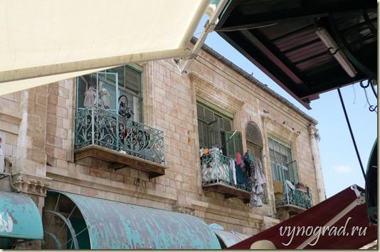 На этом фото показано, что в Старом Городе Иерусалиме тоже живут люди...