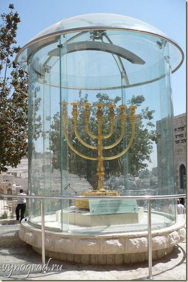 На этом фото - Израильский Семисвечник...