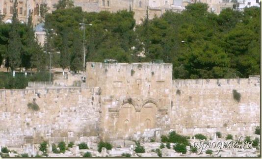 На фото - замурованные Ворота Милосердия в Иерусалиме...