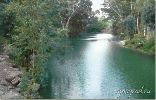 По ссылке этого фото Реки Иордан Напоминание: *Течёт Река Иордан быстро и очень извилисто. Вода в Иордане чистая и вкусная. И очень много рыбы в верховьях его...