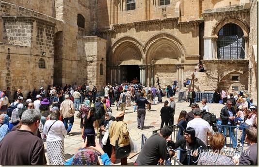 На фотографии показан Иерусалим. Старый Город. На площади перед Храмом Гроба Господня...