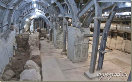 На фото - Раскопки центральной улицы древнего Иерусалима, ведшей к Иерусалимскому Храму от Купальни Силоам...