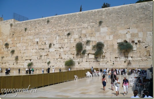 Это фотография Стены Плача в Иерусалиме...